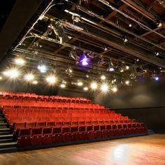 Auditorium: Stoelen inklapbaar en te integreren in de achterwand..