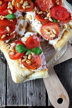 Summer recipe for a quick puff pastry tart with tomatoes, ricotta and pine nuts. Ideal for warm summer days. Tomato and ricotta tart with pine nuts Cranberry Recipes Thanksgiving, Traditional Thanksgiving Recipes, Thanksgiving Crafts, Ricotta Torte, Food For A Crowd, Appetizer Recipes, Simple Appetizers, Meat Appetizers, Snacks Recipes
