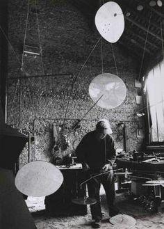 Ugo Mulas (1928-1973) Alexander Calder dans son atelier de Saché. Circa 1962