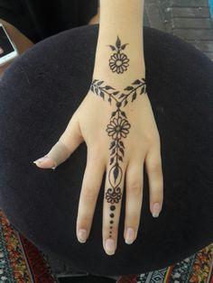 Henna Tattoo Designs Simple, Finger Henna Designs, Beginner Henna Designs, Henna Designs Easy, Mehndi Designs For Fingers, Mehndi Designs For Hands, Wrist Henna, Hand Wrist, Henna Inspired Tattoos