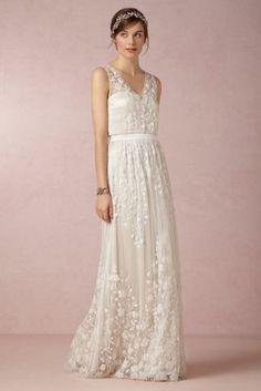 Cette robe délicatement brodée a des fleurs en trois dimensions qui font penser à un jardin d'été.Robe Catherine Deane, 2800$ via StyleListQuebec