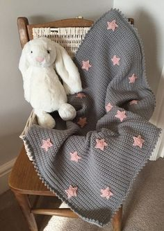 baby blanket Become a brilliant beginner at crochet with a free pattern tutorial by Kate Eastwood. Create a baby blanket with picot edging, and learn how to crochet stars to decorate it! You'll have the perfect gift hooked up in no time. Star Baby Blanket, Free Baby Blanket Patterns, Crochet Blanket Patterns, Baby Blanket Crochet, Baby Patterns, Crochet Blankets, Knit Patterns, Crochet Simple, Love Crochet