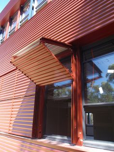 Overhang or shutter? Detail Architecture, Interior Architecture, Shed Plans, House Plans, Metal Facade, Casas Containers, Building Exterior, Door Design, Cladding