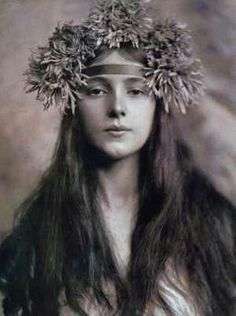 Evelyn Nesbit photo by Rudolphe Eickemeyer. In the early part of the century, the figure and face of Evelyn Nesbit was everywhere, appearing in newspapers and magazines, on souvenir items and calendars, making her a celebrity Evelyn Nesbit, Alphonse Mucha, La Fille Gibson, Foto Portrait, Jugendstil Design, Gibson Girl, Vintage Pictures, Vintage Ideas, Vintage Photographs
