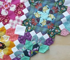 Modern Lucy Boston — Tales of Cloth Quilt Square Patterns, Hexagon Quilt, Quilting Tutorials, Quilting Designs, Quilt Design, Quilting Ideas, Millefiori Quilts, Millefiori Quilt Pattern, Crumb Quilt