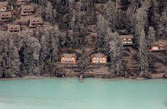 Casas y árboles de Villa la Angustura cubiertos por cenizas del volán Puyehue. AP