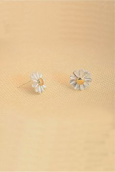 Daisy Flower Ear Stud