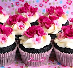 Beautiful cupcakes... I love pink flowers!
