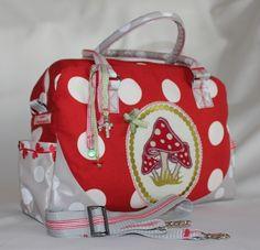 Super schöne Praktische Tasche mit zwei Henkeln und einem  längenverstellbaren Tragegurt zum Umhängen.    Eine sehr aufwendig verarbeitete Tasche.  ...