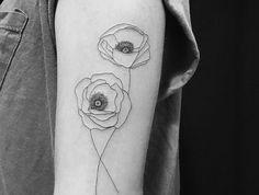 tattoo fleurs bras discret tatouage fleur noir et blanc ligne fine