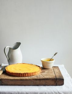 Lemon Cheesecake Tart With Lemon Curd By From the Kitchen // Desserts Tart Recipes, Sweet Recipes, Dessert Recipes, Cheesecake Tarts, Lemon Cheesecake, Slow Cooker Desserts, Sweet Desserts, Delicious Desserts, Yummy Food