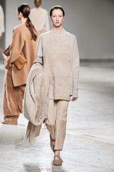 Agnona Fall 2020 Ready-to-Wear Fashion Show - Vogue 2020 Fashion Trends, Fashion Brands, Milan Fashion, Vogue Paris, Autumn Winter Fashion, Fall Winter, Best Of Fashion Week, Shades Of Beige, Knitwear Fashion