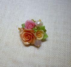 ☆ポリマークレイ(オーブンで熱すると硬化するクレイ)で花びら1枚から作成してます。 オレンジやピンクの薔薇にスワロフスキーの蝶がとまっています。 ☆サイズ:最...|ハンドメイド、手作り、手仕事品の通販・販売・購入ならCreema。