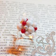 O combinatie indrazneata si pretioasa de rosu si alb, ce se regasete sub forma unui inel, tesut manual din pietre semipretioase (Agata alba si Coral rosu), perfecta pentru a oferi un stil aparte tinutei tale. Un inel potrivit pentru a arata tuturor personalitatea ta unica. Poarta aceasta bijuterie si nu vei trece neobservata. White Women, Pretty Woman, Agate, Pearl Earrings, Pearls, Lady, Handmade, Coral, Jewelry