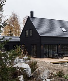34 Attractive Black House Exterior Design Ideas To Try Asap Modern Wood House, Modern Barn, Modern Farmhouse, Wood House Design, Modern Bungalow, Roof Design, Black House Exterior, Exterior Windows, Haus Am See