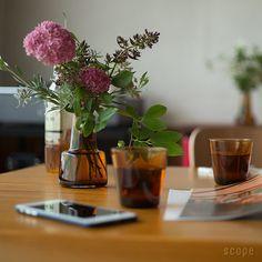 気の向くままに花を選ぶ 楽しい習慣ができたのは フローラのおかげ シンプルで気持ちのよいスッキリとしたデザインながらどこか個性的で新鮮さも感じるスコープ好みのフラワーベース。 デンマーク王室御用達のグラスウェアブランドホルムガードのために人気デザイナーのルイーズ・キャンベルがデザインした花瓶、フローラです。 Flower Vases, Flower Arrangements, Sweetest Day, Shabby Chic Homes, Ikebana, Flower Decorations, Wedding Table, Planting Flowers, Greenery