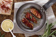 I bocconcini di tacchino e pancetta sono piccoli e sfiziosi pezzi di tacchino, conditi con salvia e senape, e arrotolati con pancetta croccante.
