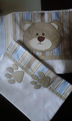 confeccionado em percal 230 fios com ou sem aplicação, contendo lençol com elástico, fronha e sobre lençol com vira.