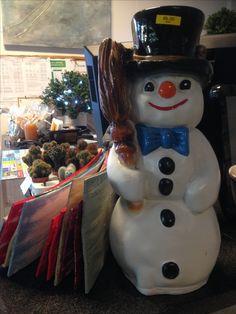 Lumiukko valkoinen,  Hei, Kuuraparta, lumiukko valkoinen, mustahampainen, nenä keltainen, teimme porkkanasta sen!  Saat tästä vanhan silinterin päähän paljaaseen. Se on kai hattu taikurin pois täältä muuttaneen. Hei, Kuuraparta, nytpä jotain tapahtuu! Täynnä elämää aivan onkin jää —lumiukko naurusuu!