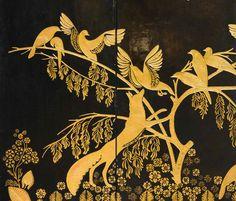 Paravent/Paravent exécuté dans le style d'Armand-Albert Rateau, grand décorateur français de la période Art déco. Les panneaux en bois sont enduits de plusieurs couches de gros blanc (blanc de Meudon mélangé à de la colle de peau), sur lequel les motifs sont tracés au pochoir puis creusés à l'aide de fers à reparer (outils du doreur), avant d'être dorés à la feuille d'or.