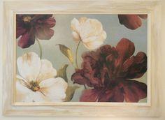 Cuadro de flores con marco de madera color marfil con efecto patinado.
