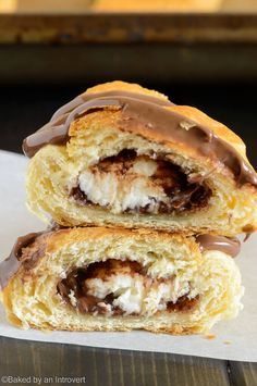 These Nutella cream cheese crescent rolls could not be easier. Filled with rich Nutella and chunks of cream cheese, topped with more Nutella, and only take 20 minutes to make! Nutella Crescent Rolls, Cream Cheese Crescent Rolls, Nutella Rolls, Nutella Cream Cheese, Cream Cheese Desserts, Chocolate Roll, Soft Chocolate Chip Cookies, Desserts Ostern, No Bake Oatmeal Bars