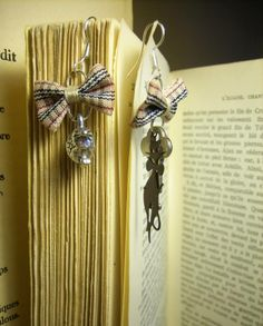 """Paire de boucles d'oreilles """"So british"""" ! Disponibles en différents coloris et diverses matières (or, argent, or vieilli, bronze, etc)."""