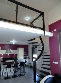 Escalier suspendu gain de place arrivant sur mezzanine