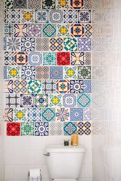 Parece um mosaico de azulejos, mas é um tecido adesivo para a parede. Ele aqueceu o banheiro branco