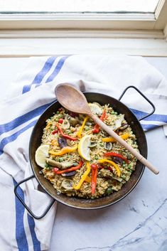 A flavorful vegetarian version of paella with tons of spring veggies like artichokes, fresh peas, bell peppers, tomatoes, and olives. Healthy Meals To Cook, Healthy Cooking, Healthy Life, Healthy Food, Yummy Food, Go Veggie, Veggie Casserole, Paella Recipe, Kitchens