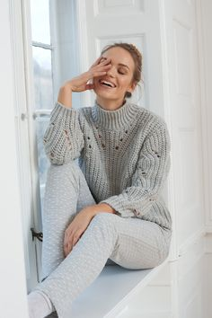 Warm and comfortable pullover with straight cut and high stand-up collar. The soft oversized sweater can be combined well with a long skirt or a pair of jeans. The ideal companion for the cold days. Simple Stories, Oversize Look, Pullover, Straight Cut, Cold Day, Fashion Accessories, Turtle Neck, Pairs, Sweaters