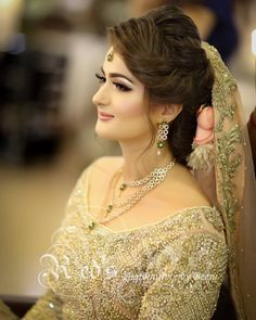 Pakistani Engagement Hairstyles, Pakistani Bridal Makeup Hairstyles, Bridal Hairstyle Indian Wedding, Bridal Hair Updo, Indian Bridal Makeup, Bridal Makeup Looks, Pakistani Bridal Wear, Bridal Beauty, Bride Hairstyles