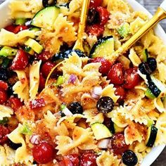 California Pasta Salad is fresh, healthy and packed full of flavor! I like to serve this amazing pasta salad at summer barbecues and potlucks. Salad Bar, Soup And Salad, California Salad, Bacon Ranch Pasta Salad, Spaghetti Salad, Cooking Recipes, Healthy Recipes, Healthy Food, Bean Salad