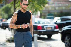 Choose a black tank and navy dress pants to exude rugged elegance and polish. Street Style Shop, Cool Street Fashion, Street Style Looks, Navy Dress Outfits, Navy Dress Pants, Justin O'shea, Looks Black, Dapper Men, Black Sunglasses