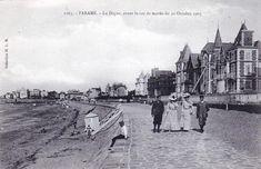 Histoire de la digue.  La digue fut construite de 1883 à 1913 sur une ancienne flèche de sable,le Sillon,qui reliait autrefois Paramé à Saint-Malo par une chaussée aménagée au 16ème siècle,seul accès à marée basse vers la ville close.D'une longueur de 1671 m,elle fut édifiée pour protéger les belles villas 19ème de la station balnéaire.Elle offrait une agréable balade à pied le long des grandes plages de Saint-Malo et Rochebonne. (Photos: promenade du Sillon à la Belle Époque.) Villas, Belle Villa, Digue, Saints, Louvre, Station Balnéaire, Street View, Building, Travel