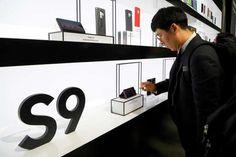 """Au Mobile World Congress de Barcelone la compétition se déplace vers le haut de gamme - Cest à deux pas de la place dEspagne au cœur de Barcelone que Samsung a relancé la guerre des smartphones haut de gamme si lucratifs pour les fabricants. - http://ift.tt/2ESZb9z - \""""lemonde a la une\"""" ifttt le monde.fr - actualités  - February 26 2018 at 04:25AM"""