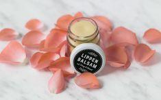 Für sanfte Lippen - DIY Lippenbalsam mit Olivenöl. Rezept auf unserem Blog, schau vorbei! #diy #lippenbalsam #diybeauty Round Sunglasses, Blog, Beauty, Literacy Activities, Dry Lips, Small Glass Jars, Cocoa Butter, Recipe, Beleza