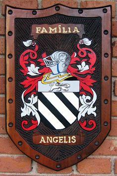 Brasão da família Angelis entalhado em madeira