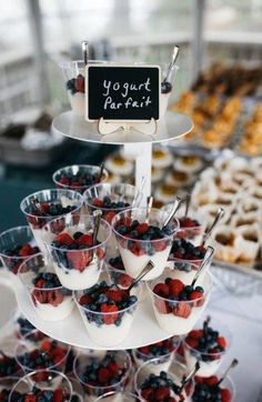 Bridal Shower Brunch Ideas - Do it yourself vegan parfaits for brunch wedding. Bridal Shower Brunch Ideas - Do it yourself vegan parfaits for brunch wedding. Breakfast And Brunch, Birthday Breakfast, Birthday Brunch, Wedding Breakfast, Breakfast Buffet, Surprise Birthday, Birthday Food Ideas For Kids, Birthday Party Food For Kids, Breakfast Parties