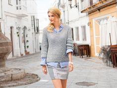 Der graue Rundhalspullover ist perfekt für den Übergang: Durch den weiten Ausschnitt kommen Blusen schön zur Geltung.