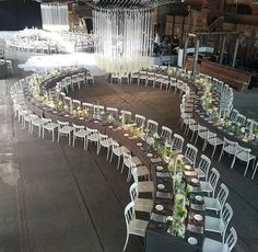 Go extra miles with your wedding decor like with this unique tablescape! We just left with no word seeing this curvy seating arrangement that totally gives a modern and cool vibe to the whole set. It is indeed different but still intimate and elegant! Wedding Reception Seating Arrangement, Wedding Table Layouts, Wedding Reception Layout, Wedding Arrangements, Wedding Chairs, Wedding Seating, Wedding Ceremony, Wedding Church, Table Wedding