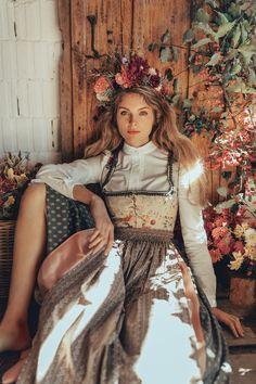 LENA HOSCHEK TRADITION - Frühling/Sommer 2019 ©Rares Peicu - Sonnberg Bluse, Elise Dirndl #dirndl #blouse #bluse #naturalstyle #spring #summer #lenahoschek #tradition #tracht #lenahoschektradition #österreich #austria