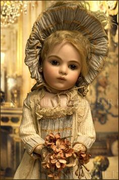 This is the face that commanded my attention and started my need to know everything about these dolls.