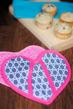 If you want to learn how to make pot holders, this easy oven mitt pattern is perfect for you! Easy to follow and includes two versions-a regular oven mitt and a heart-shaped oven mitt!