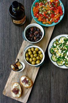 Ihr wisst ja, dass ich letztens in Spanien war und das phantastische Essen dort genießen durfte. Seither habe ich auf eine Gelegenheit gewartet, einen spanischen Abend für Freunde zu machen. Der Beste und ich haben Unmengen köstliches Olivenöl, Kapern und Oliven mitgebracht (ich sag nur – wir sind jeweils mit 6 kg hingeflogen und mit 16 kg zurück!). Als dann letztens auch das Tapasbrett* ankam, das ich mir für den spanischen Abend bestellt hatte, war es dann so weit. Die Rezepte sind…