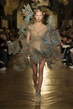 Today on Haute Macabre we're daydreaming about garbing ourselves in Iris van Herpen's Spring 2018 Couture collection. Because who doesn't want to look like bewitching biotech from a futuristic utopian. Fashion Week Paris, Runway Fashion, Fashion Art, Fashion Design, Fashion Details, Fashion Photo, Fashion News, High Fashion, Fashion Trends