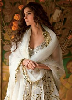 Sonam Kapoor White and Gold look Pakistani Dresses, Indian Dresses, Indian Outfits, Pakistani Movies, Indian Attire, Indian Ethnic Wear, Indian Style, Bollywood Celebrities, Bollywood Fashion
