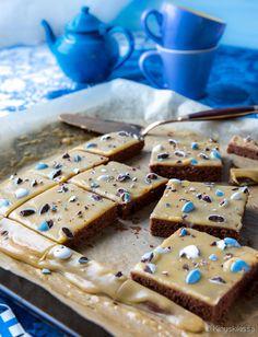 Mokkapalojen vaaleammassa versiossa kuorrutteen kaakaojauhe on vaihdettu valkosuklaaseen. Kahvijauheen ansiosta väri muistutaa maitokahvia. Koristelu on helppo hoitaa makeisilla tai koristerakeilla, joiden värin voi valita juhlan mukaan. 1 pellillinen (25-30 kappaletta) Pohja: 200 g voita tai margariinia 1 ½ dl sokeria 3 munaa 4 dl vehnäjauhoja 4 rkl kaakaojauhetta 2 tl leivinjauhetta 1 ½ dl maitoa […]
