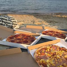 What a way to enjoy the weekend. A pizza beach date doesn't get more romantic than this. I Need Vitamin Sea, Food Porn, Yummy Food, Tasty, Food Goals, Aesthetic Food, Aesthetic Green, Summer Aesthetic, Love Food