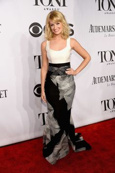 Beth Behrs looked cute on the carpet.